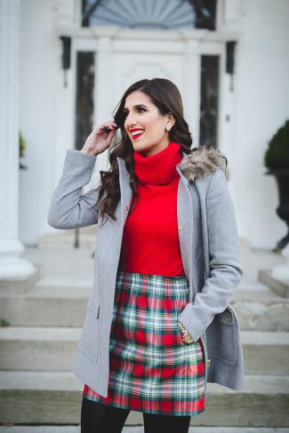 Cómo combinar: reloj dorado, minifalda de tartán roja, jersey de cuello alto rojo, trenca gris