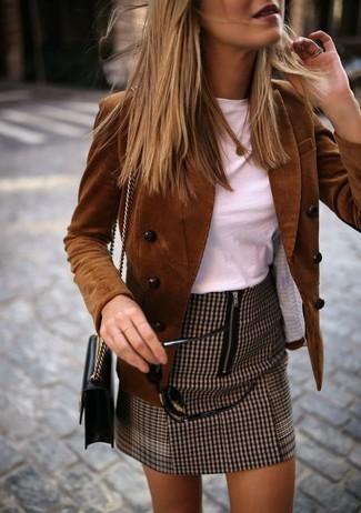 Cómo combinar: bolso bandolera de cuero negro, minifalda de pata de gallo marrón, camiseta con cuello circular blanca, blazer cruzado de pana marrón