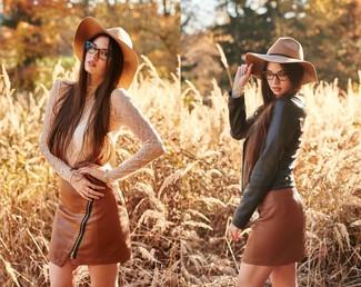 Combinar una minifalda de cuero marrón: Para un atuendo que esté lleno de caracter y personalidad ponte una chaqueta motera de cuero negra y una minifalda de cuero marrón.