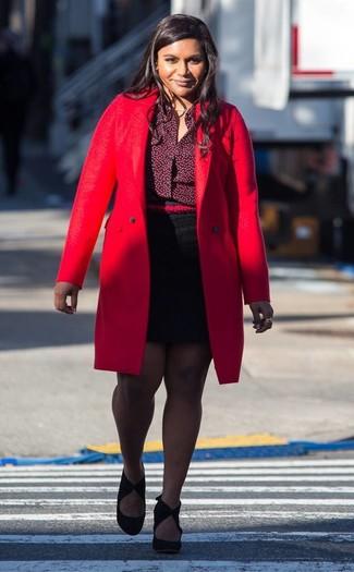 Cómo combinar: zapatos de tacón de ante negros, minifalda negra, camisa de vestir burdeos, abrigo rojo