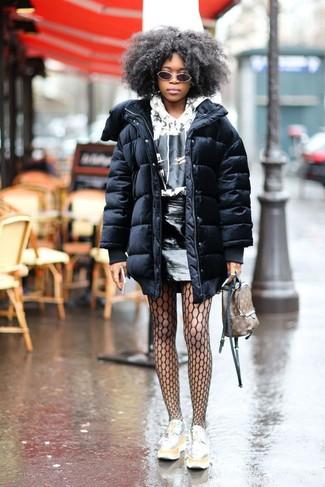 Cómo combinar: mocasín con plataforma de cuero plateado, minifalda de cuero negra, sudadera con capucha estampada en blanco y negro, abrigo de plumón negro