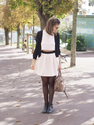 Cómo combinar: botines de cuero negros, minifalda plisada blanca, top corto blanco, cárdigan negro