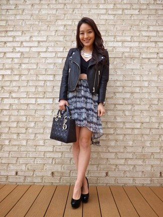 Un top corto de vestir con unos zapatos de tacón negros: Un top corto y una minifalda estampada en negro y blanco son una opción muy buena para el fin de semana. Zapatos de tacón negros son una opción excelente para completar este atuendo.