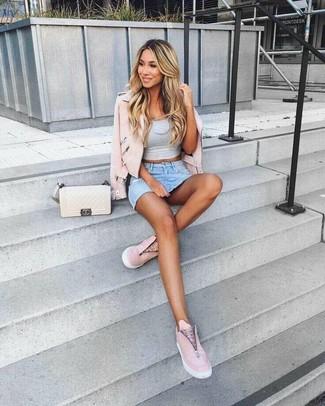 Cómo combinar: zapatillas slip-on de cuero rosadas, minifalda vaquera celeste, top corto gris, chaqueta motera de cuero rosada