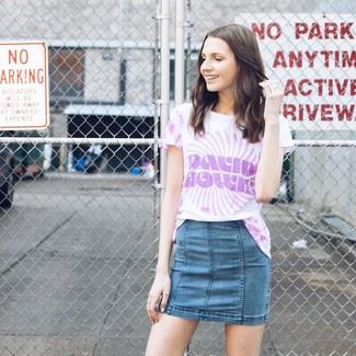 Cómo combinar: minifalda vaquera azul, camiseta con cuello circular efecto teñido anudado violeta claro