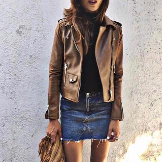 Cómo combinar: minifalda vaquera azul, jersey de cuello alto negro, chaqueta motera de cuero marrón