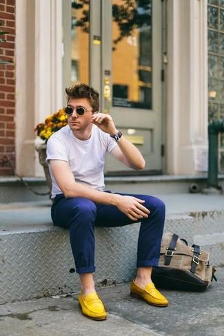 Cómo combinar calcetines invisibles, mocasín de ante amarillo, pantalón  chino azul marino,