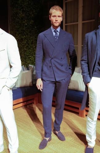 Cómo combinar: corbata estampada azul marino, mocasín de ante azul marino, camisa de vestir celeste, traje azul marino