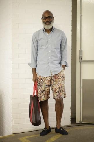 Cómo combinar: bolsa tote de cuero en marrón oscuro, mocasín de ante azul marino, pantalones cortos estampados en multicolor, camisa de manga larga gris