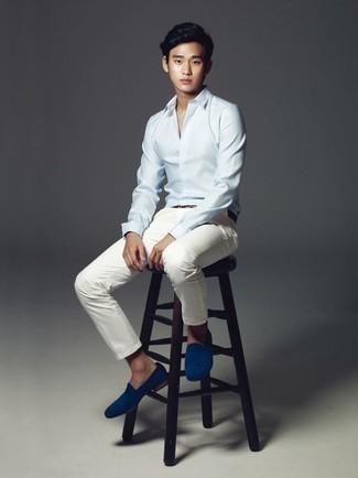 Moda para hombres adolescentes: Empareja una camisa de vestir celeste junto a un pantalón chino blanco para un lindo look para el trabajo. Completa tu atuendo con mocasín de ante azul para mostrar tu inteligencia sartorial.
