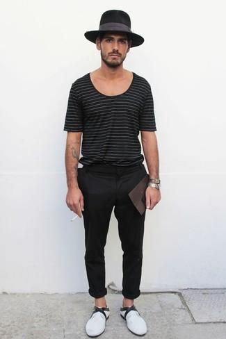 Cómo combinar: sombrero de lana negro, mocasín de cuero blanco, pantalón chino negro, camiseta con cuello circular de rayas horizontales negra