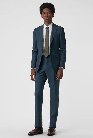 Combinar un mocasín de cuero burdeos: Empareja un traje azul marino junto a una camisa de vestir blanca para rebosar clase y sofisticación. ¿Quieres elegir un zapato informal? Haz mocasín de cuero burdeos tu calzado para el día.