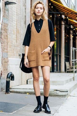 Cómo combinar: mochila con cordón de ante negra, mocasín de cuero negros, camisa de manga corta vaquera negra, pichi de punto marrón claro