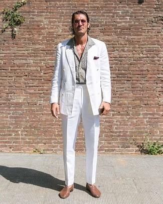 Combinar unas gafas de sol rosadas: Para crear una apariencia para un almuerzo con amigos en el fin de semana haz de un traje blanco y unas gafas de sol rosadas tu atuendo. ¿Te sientes valiente? Opta por un par de mocasín de cuero tejido marrón.