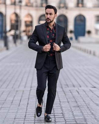 Cómo combinar: reloj de cuero negro, mocasín de cuero negro, camisa de manga larga con print de flores negra, traje negro
