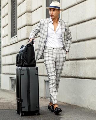 Cómo combinar: bolsa tote de lona negra, mocasín de cuero negro, camisa de manga larga blanca, traje de tartán gris