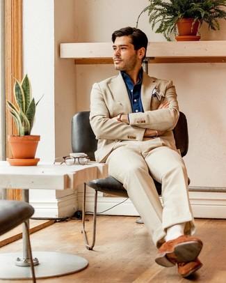 Cómo combinar: pañuelo de bolsillo blanco, mocasín de ante en tabaco, camisa de manga larga de cambray azul marino, traje en beige