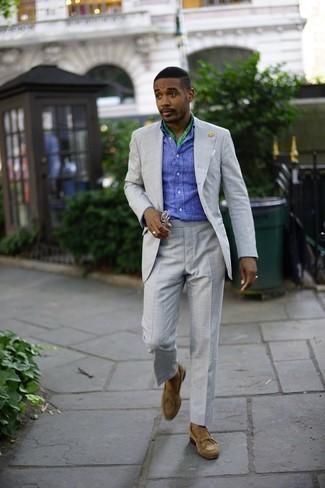 Combinar un pañuelo de bolsillo: Haz de un traje gris y un pañuelo de bolsillo tu atuendo para un look diario sin parecer demasiado arreglada. ¿Te sientes valiente? Complementa tu atuendo con mocasín de ante marrón claro.