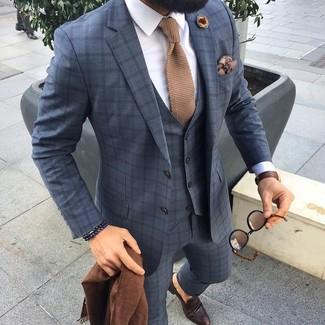 Cómo combinar: corbata de punto marrón claro, mocasín de cuero en marrón oscuro, camisa de vestir blanca, traje de tres piezas a cuadros gris