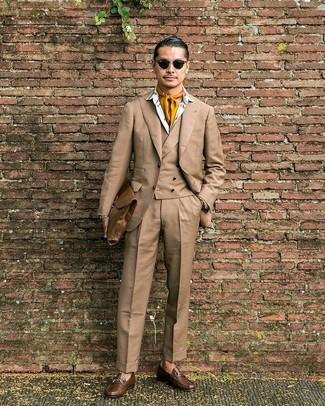 Cómo combinar: portafolio de cuero marrón, mocasín de cuero marrón, camisa de vestir estampada blanca, traje de tres piezas marrón claro