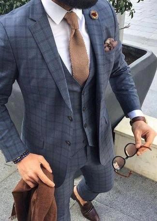 Cómo combinar: corbata de punto marrón claro, mocasín de cuero en marrón oscuro, camisa de vestir blanca, traje de tres piezas a cuadros azul marino
