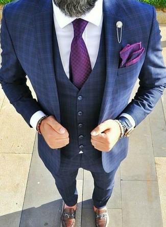 Cómo combinar: corbata morado, mocasín de cuero marrón, camisa de vestir blanca, traje de tres piezas a cuadros azul marino