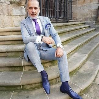 Cómo combinar: corbata de seda en violeta, mocasín de cuero en violeta, camisa de vestir blanca, traje de tres piezas a cuadros gris