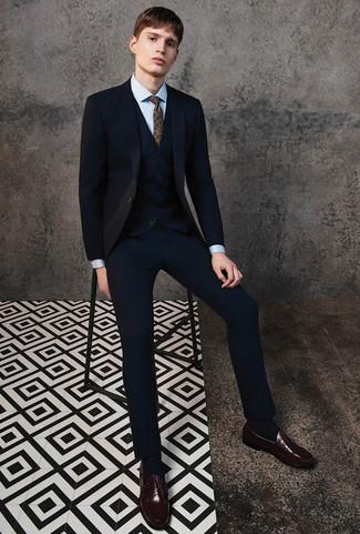 Combinar un traje de tres piezas negro: Luce lo mejor que puedas en un traje de tres piezas negro y una camisa de vestir celeste. ¿Por qué no añadir mocasín de cuero en marrón oscuro a la combinación para dar una sensación más relajada?