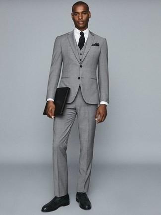 Combinar un traje de tres piezas gris: Elige un traje de tres piezas gris y una camisa de vestir blanca para rebosar clase y sofisticación. ¿Quieres elegir un zapato informal? Opta por un par de mocasín de cuero verde oscuro para el día.