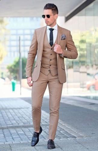Combinar un pañuelo de bolsillo estampado azul: Opta por un traje de tres piezas marrón claro y un pañuelo de bolsillo estampado azul para cualquier sorpresa que haya en el día. Opta por un par de mocasín de cuero negro para mostrar tu inteligencia sartorial.