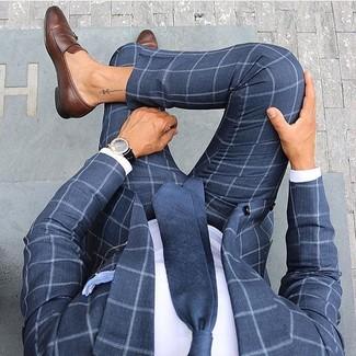 Cómo combinar: corbata azul marino, mocasín de cuero marrón, camisa de vestir blanca, traje a cuadros azul marino