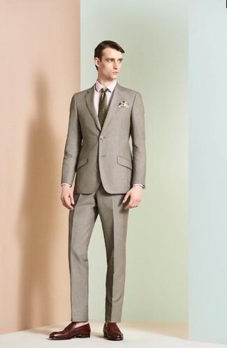 Cómo combinar: corbata estampada verde oliva, mocasín de cuero burdeos, camisa de vestir rosada, traje marrón