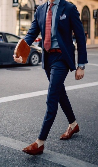 Combinar una corbata a lunares roja: Opta por un traje azul marino y una corbata a lunares roja para una apariencia clásica y elegante. Si no quieres vestir totalmente formal, opta por un par de mocasín de cuero en tabaco.