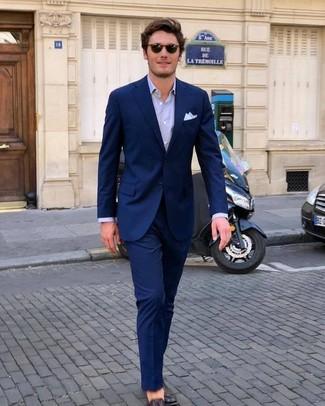 Cómo combinar: pañuelo de bolsillo blanco, mocasín de cuero en marrón oscuro, camisa de vestir violeta claro, traje azul marino