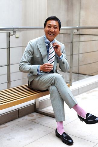 Cómo combinar: corbata de rayas verticales en blanco y negro, mocasín de cuero negro, camisa de vestir de rayas verticales en blanco y azul marino, traje gris