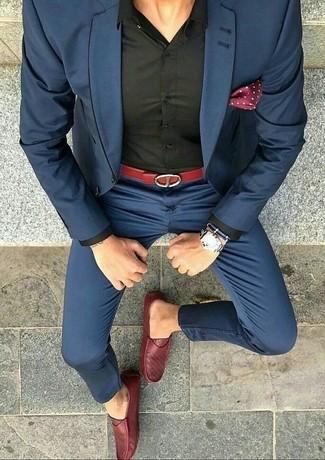 Cómo combinar: pañuelo de bolsillo a lunares burdeos, mocasín de cuero rojo, camisa de vestir negra, traje azul marino