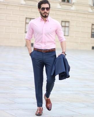 Cómo combinar: correa de cuero marrón, mocasín de cuero marrón, camisa de vestir rosada, traje azul marino