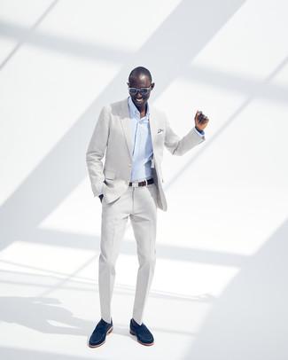 Cómo combinar: correa de cuero en marrón oscuro, mocasín de ante azul marino, camisa de vestir de rayas verticales celeste, traje gris