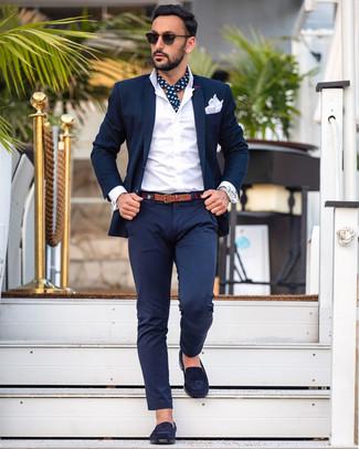 Cómo combinar: pañuelo de bolsillo blanco, mocasín de ante azul marino, camisa de vestir blanca, traje azul marino