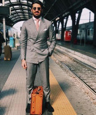 Cómo combinar: corbata rosada, mocasín de ante negro, camisa de vestir blanca, traje de rayas verticales gris