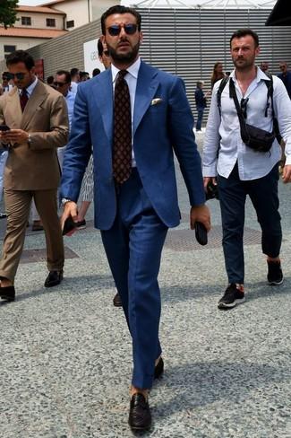 Cómo combinar: corbata estampada burdeos, mocasín de cuero tejido negro, camisa de vestir blanca, traje azul marino