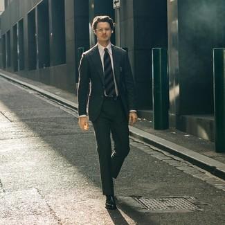 Cómo combinar: corbata de rayas horizontales azul marino, mocasín de cuero negro, camisa de vestir blanca, traje en gris oscuro