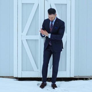 Cómo combinar: corbata de paisley azul marino, mocasín de ante en marrón oscuro, camisa de vestir celeste, traje a cuadros azul marino