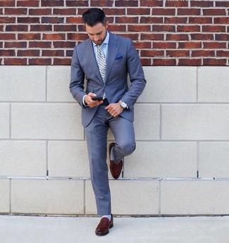 Cómo combinar: corbata de rayas verticales celeste, mocasín de cuero marrón, camisa de vestir celeste, traje azul