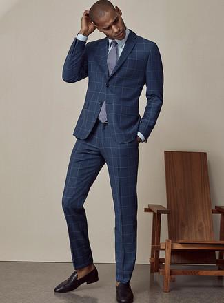 Combinar una corbata estampada en azul marino y blanco: Accede a un refinado y elegante estilo con un traje a cuadros azul marino y una corbata estampada en azul marino y blanco. Para darle un toque relax a tu outfit utiliza mocasín de cuero negro.
