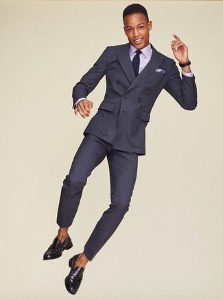 Combinar una camisa de vestir violeta claro: Haz de una camisa de vestir violeta claro y un traje de rayas verticales en gris oscuro tu atuendo para una apariencia clásica y elegante. Un par de mocasín de cuero negro se integra perfectamente con diversos looks.