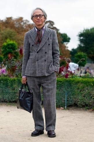 Combinar una bufanda estampada en marrón oscuro: Elige un traje de lana de tartán gris y una bufanda estampada en marrón oscuro para una apariencia fácil de vestir para todos los días. Opta por un par de mocasín de cuero morado oscuro para mostrar tu inteligencia sartorial.