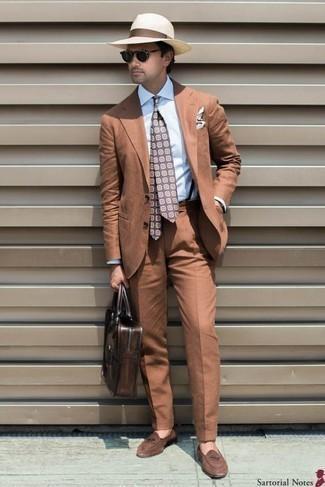 Combinar un portafolio de cuero en marrón oscuro: Haz de un traje en tabaco y un portafolio de cuero en marrón oscuro tu atuendo para un almuerzo en domingo con amigos. ¿Te sientes valiente? Complementa tu atuendo con mocasín de ante marrón.
