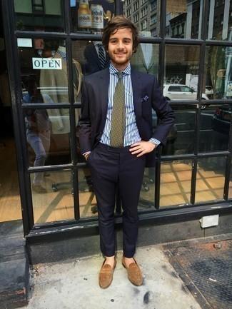 Combinar una corbata estampada verde oliva: Considera emparejar un traje azul marino junto a una corbata estampada verde oliva para un perfil clásico y refinado. Para darle un toque relax a tu outfit utiliza mocasín de ante marrón claro.
