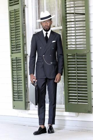 Combinar un mocasín de cuero negro: Empareja un traje de rayas verticales en gris oscuro con una camisa de vestir blanca para un perfil clásico y refinado. Mocasín de cuero negro son una opción atractiva para complementar tu atuendo.
